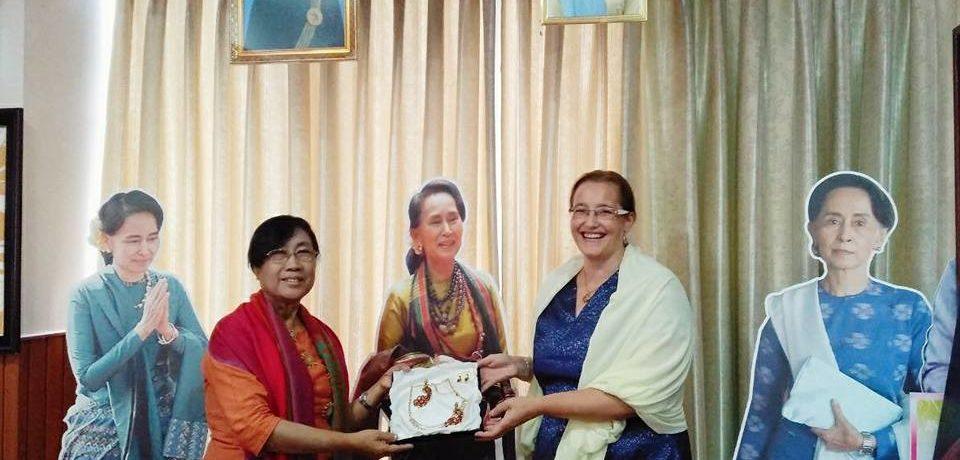 Andrea Hyniová předala nositelce Nobelovy ceny za mír  Barmy Aun Schan Su Ťij speciální dar, vyrobený v ŠENÝR Bijoux