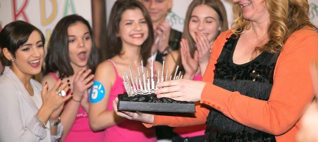 Jablonecký ŠENÝR navrhl korunku pro Dívku roku 2017. Slunce na ní splývá s vodou